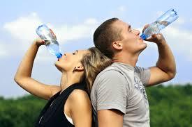 คนดื่มน้ำแร่,ตู้น้ำมัน,ตู้เติมเงิน,ตู้เติมเงินออไลน์,ตู้น้ำมันหยอดเหรียญ